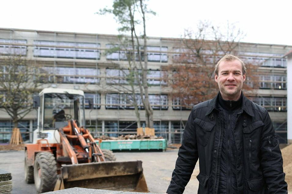 Auf diesem Archivfoto ist Albrecht Herrmann als Projektleiter auf der Baustelle des Marie-Curie-Gymnasium in Dresden zu sehen.