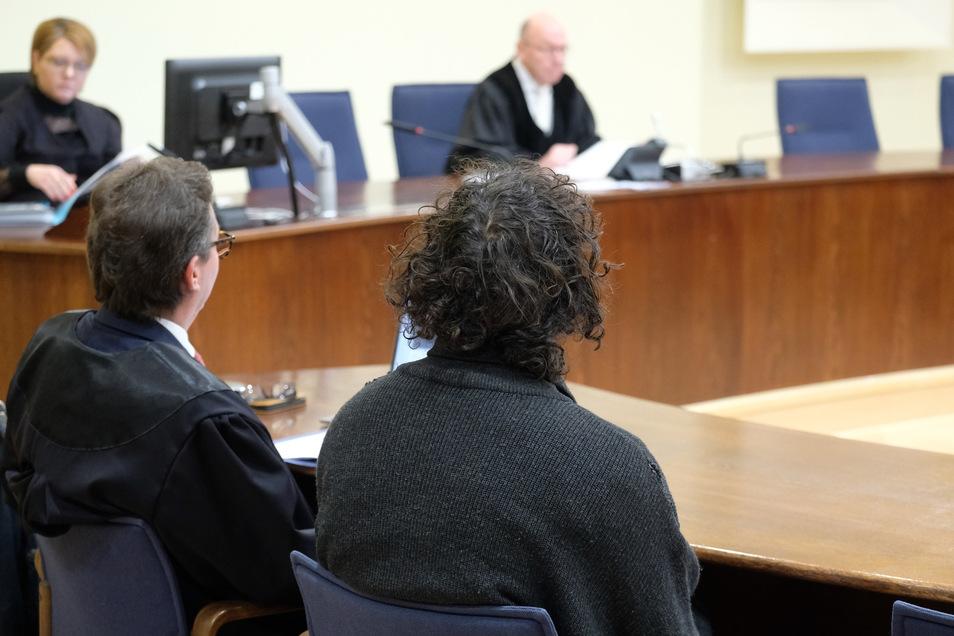 Der Angeklagte (rechts) vor Gericht.