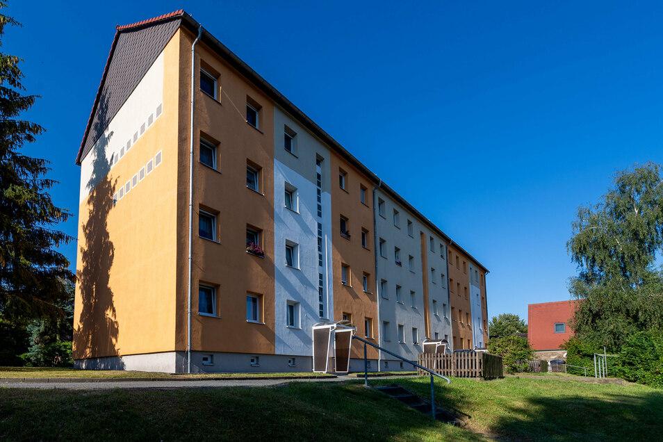 An diesem Block an der Parkstraße in Neukirch lässt der gemeindeeigene Betrieb Wohnungswirtschaft Balkone anbauen.