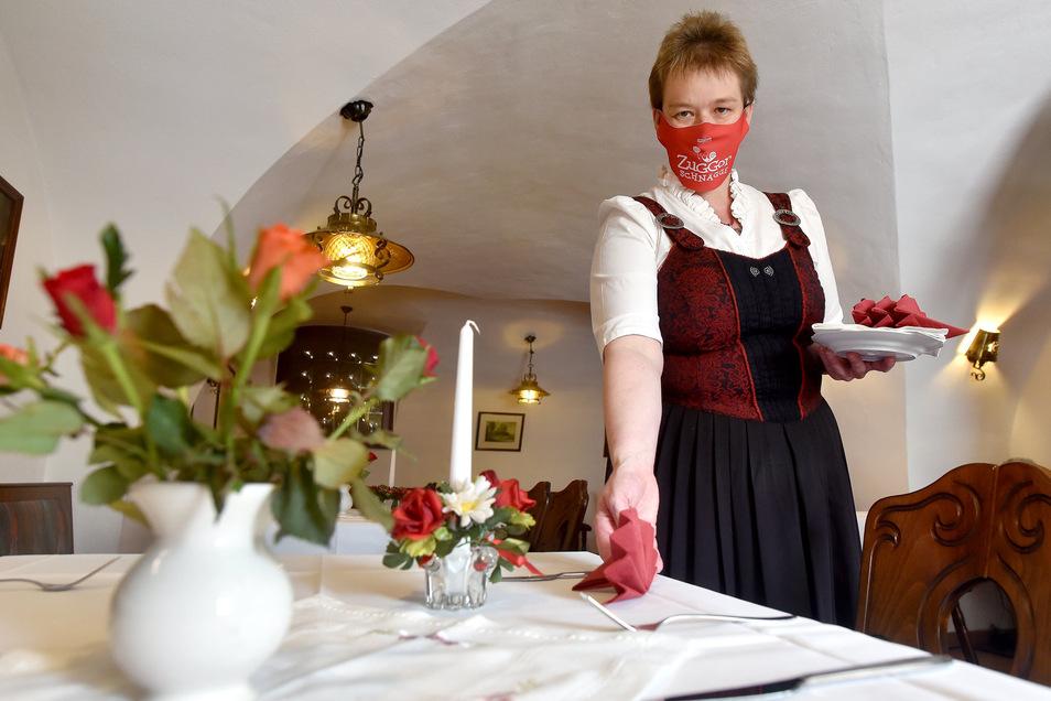 Sylvia Kauerauf, die Chefin vom Hutbergkeller in Herrnhut, deckt den Tisch für die ersten Gäste.