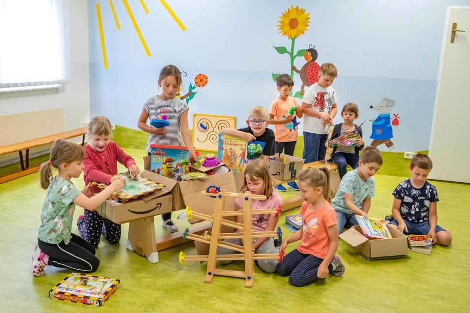 Zum Abschluss ihrer Kindergartenzeit haben die Schulanfänger der Kita Sonnenschein für Flutopfer gebacken und Spielsachen zum Verkauf gespendet. Einiges geht später noch als Sachspende auf den Weg.