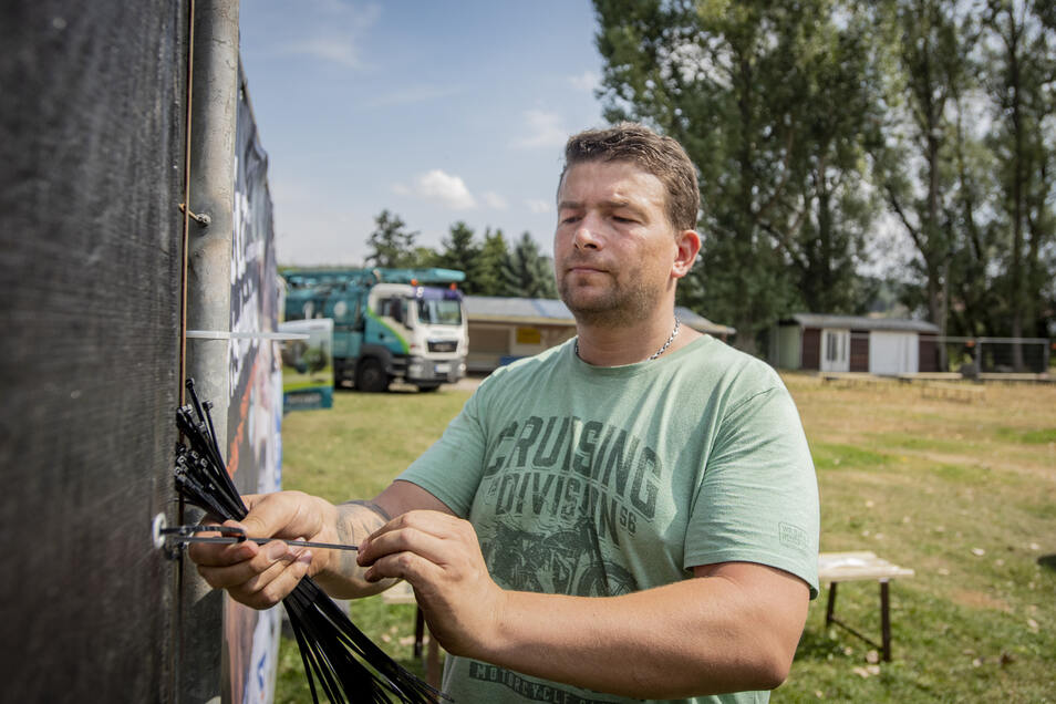 Organisator Thomas Träber steckt mitten im Aufbau für das Gelenauer Sonntags-Open-Air am 1. September.