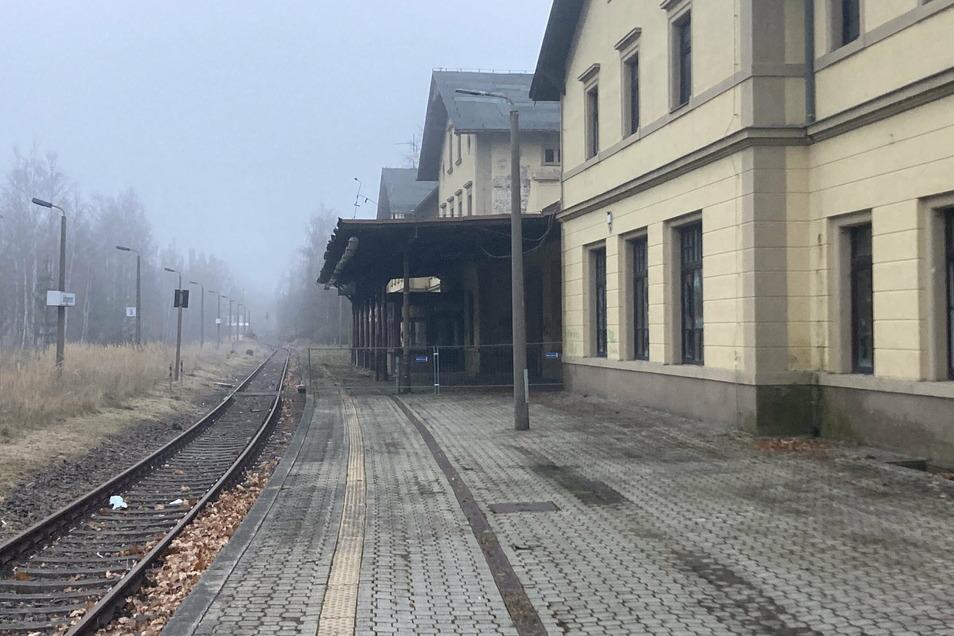 Der Bahnsteig des Bahnhofs Seifhennersdorf ist für Fahrgäste wieder frei zugänglich. Weil der Bereich der Überdachung gesperrt ist, fehlt noch ein Wetterschutz.