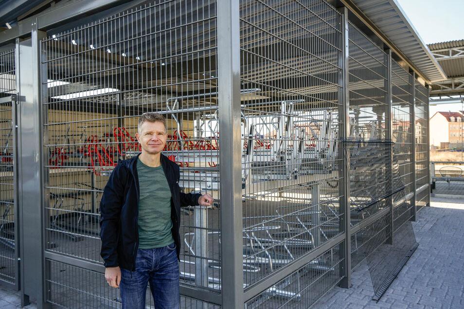 Christoph Mehnert vom Zvon steht vor der neuen Sammelschließanlage am Bahnhof Bautzen. Er ist froh, dass es hier nun eine sichere Abstellmöglichkeit für Fahrräder gibt.