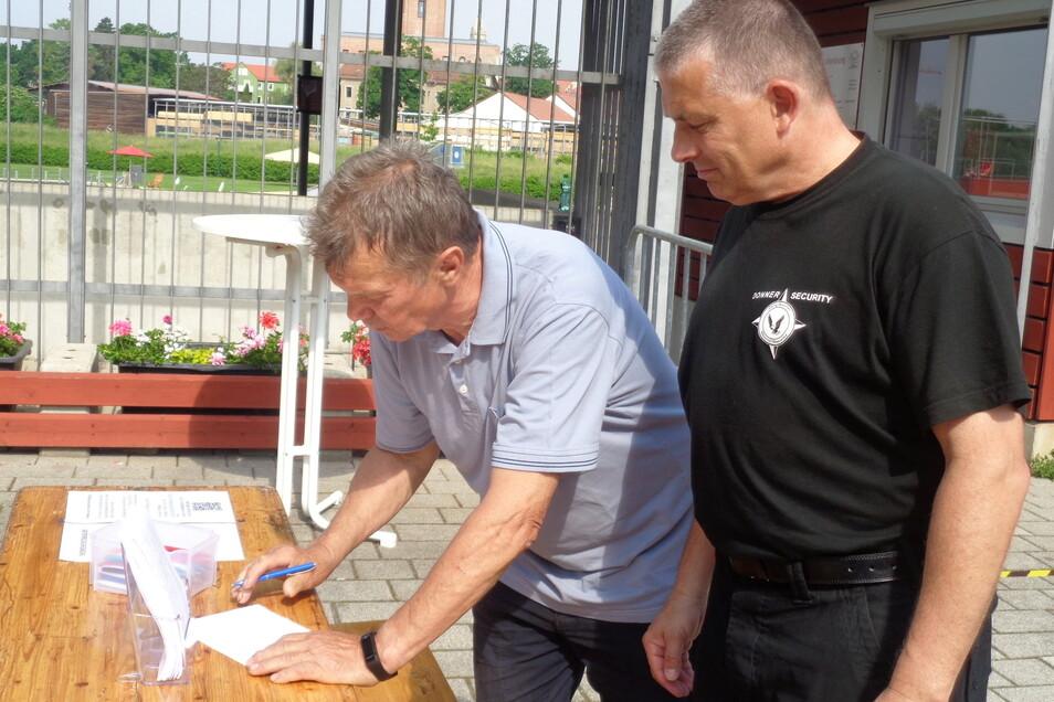 Stammbader Wolfgang Trobisch (71) ließ sich den Besuch zum Saisonauftakt nicht nehmen. Security-Mann Thomas Teifke (rechts) hat ein waches Auge bei der Erledigung der Formalitäten am Eingang.