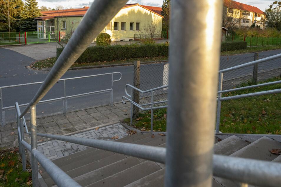 Die neue Treppe vom Sportplatz Lampertswalde zur Blochwitzer Straße.