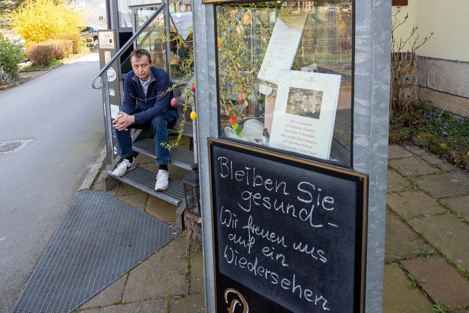 Gastronom Frank Leupold sitzt vor seiner geschlossenen Ziegelscheune in Krippen.