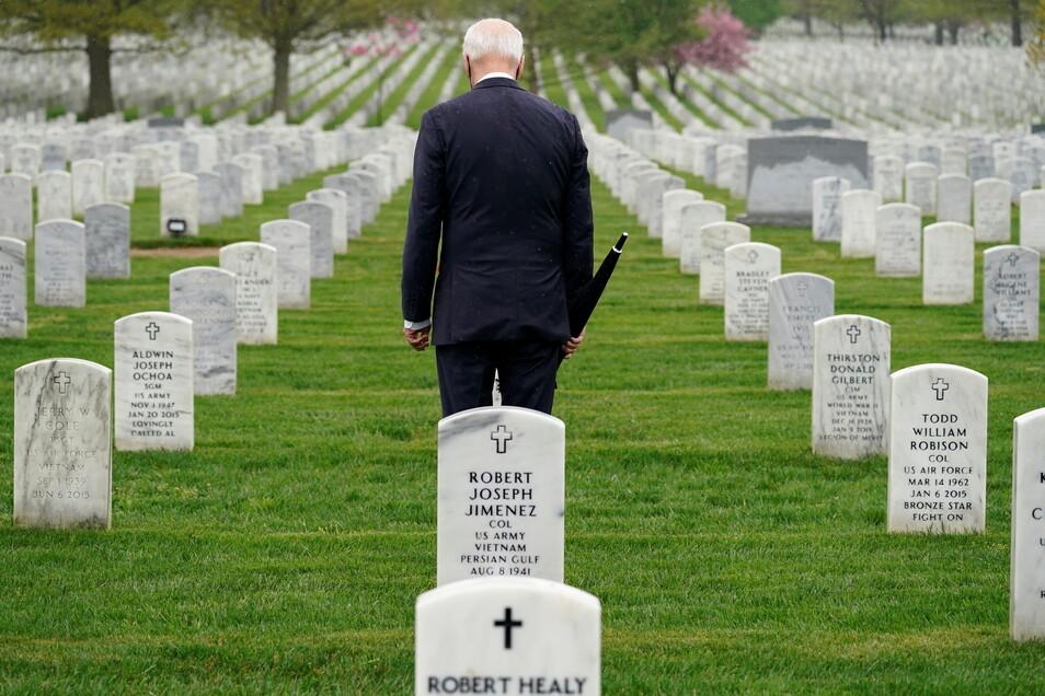 Joe Biden, Präsident der USA, besucht den Abschnitt 60 des Nationalfriedhofs Arlington nachdem er über den Abzug der restlichen US-Truppen aus Afghanistan im Weißen Haus gesprochen hat.