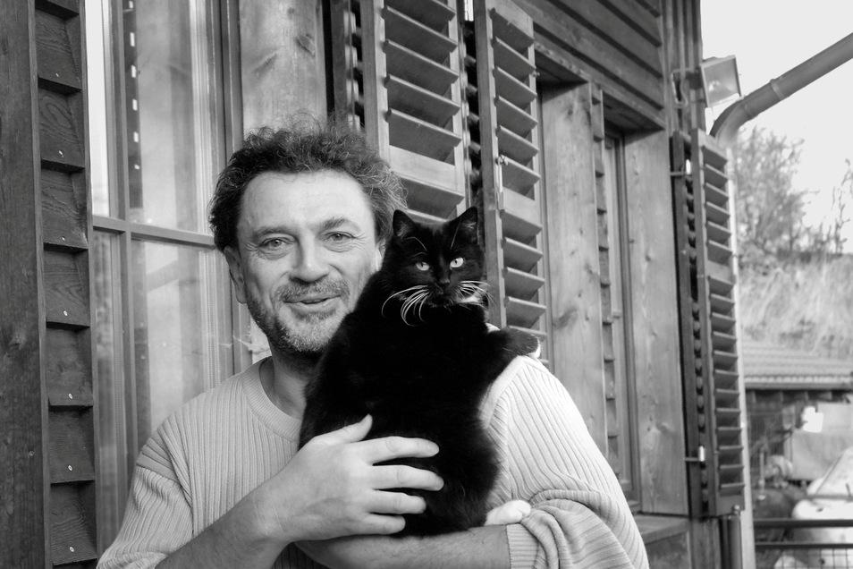 Der Kabarettist und Kunstliebhaber Olaf Böhme 2017 vor seinem Haus im Klipphausener Ortsteil Kleinschönberg. Schon damals war er an Krebs erkrankt. Am 18. März dieses Jahres verstarb er im Alter von 65 Jahren.