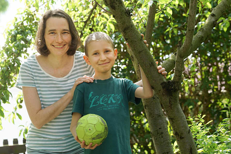 Benedikt ist gern im Garten. Lange Zeit durfte er dort nicht spielen, denn der Achtjährige hat Leukämie, Blutkrebs. Mutter Mandy Pietschmann hofft, dass die zweite Transplantation nun erfolgreich war.