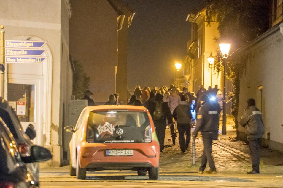 Statt in Richtung Riesenhügel liefen die Corona-Protestler in Riesa diesmal vom Rathausplatz auf einer veränderten Route durch die Innenstadt. Anders als sonst ging es zunächst die Schlossstraße hinauf.