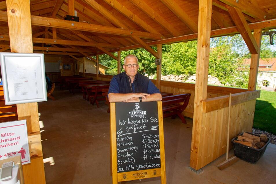 Martin Werner Reinhuber, geschäftsführender Vorstand der Stiftung Leben und Arbeit, eröffnet am Sonntag diesen überdachten Biergarten im Rittergut Limbach.