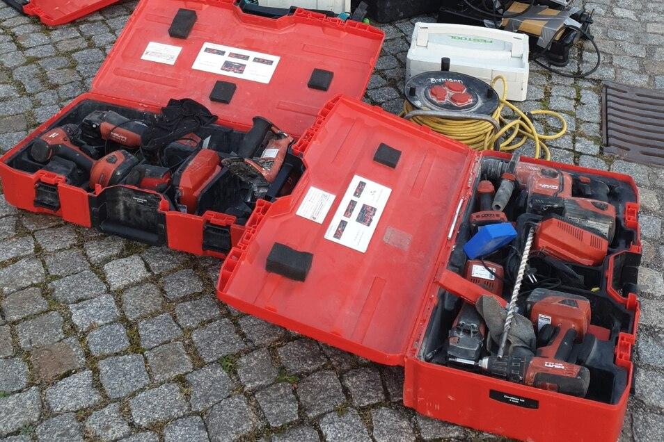 Solche Kisten mit Elektrowerkzeug fand die Polizei unter anderem in dem Transporter.