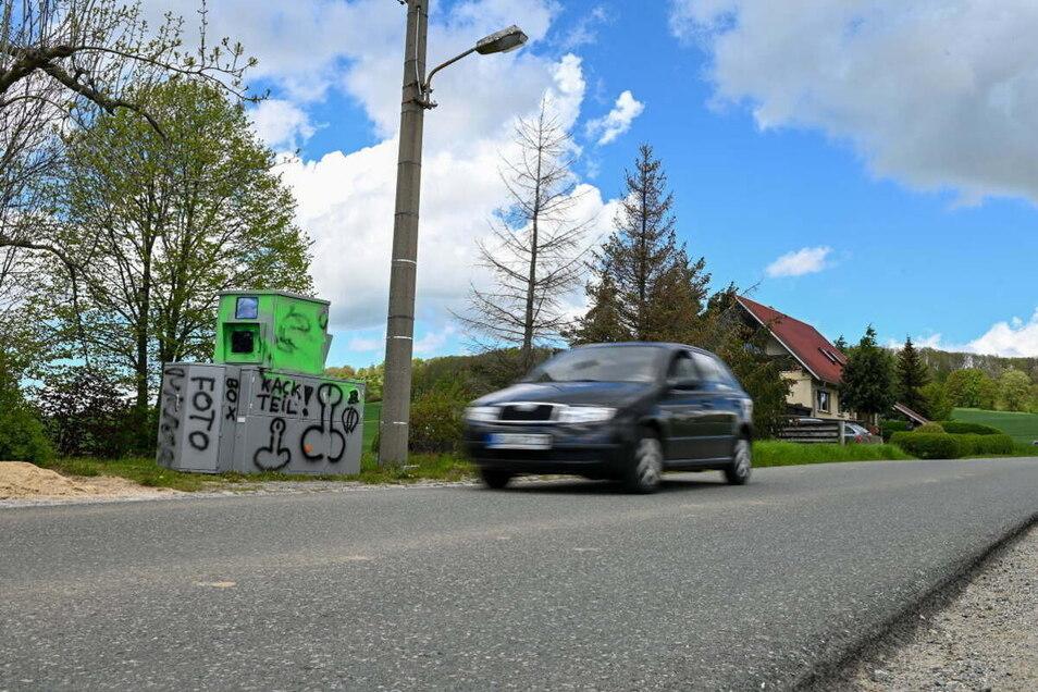 Die erste Farbattacke: Vor Pfingsten stand der mobile Blitzer an der Obercunnersdorfer Straße in Eibau - wegen der Schmierereien war er kurzzeitig außer Gefecht gesetzt.