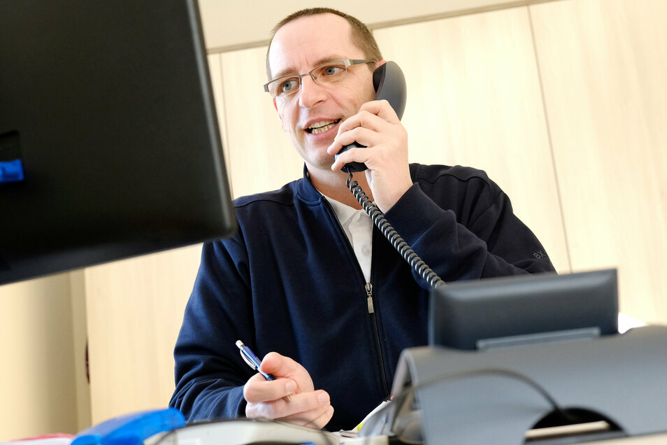 Alltag in Corona-Zeiten: In der Caritas-Schuldnerberatung Meißen und Radebeul besprechen Leiter Sandro Vogt (Foto) und sein Team so viel wie möglich telefonisch mit den Klienten.
