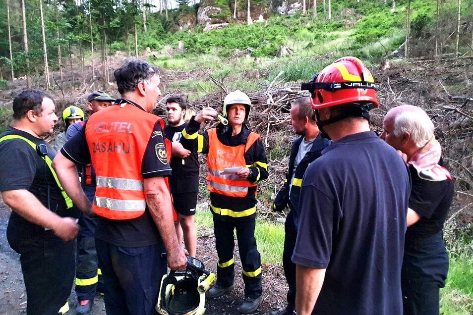 Kameraden aus Ottendorf und Bad Schandau unterstützen tschechische Feuerwehrleute bei einem Waldbrand im böhmischen Teil des Nationalparks.