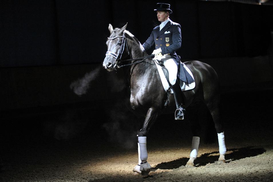 Der deutsche Dressurreiter Matthias-Alexander Rath reitet bei seiner Präsentation den Hengst Totilas. Das teuerste Dressurpferd der Welt ist tot. Der Hengst Totilas starb am Dienstag im Alter von 20 Jahren an den Folgen einer Kolik.