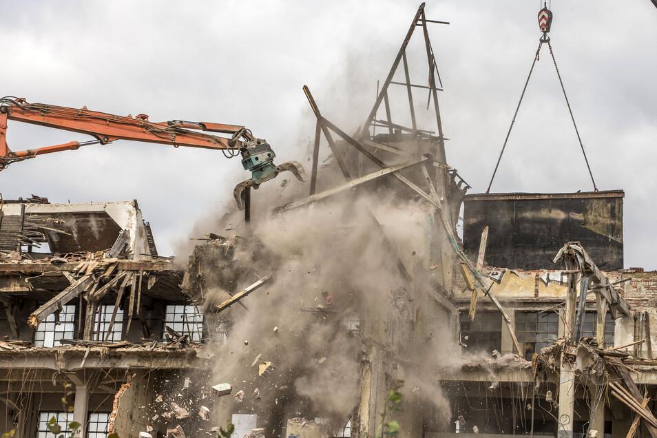 Nach vier Wochen Abrissarbeiten fällt das letzte Stück Dach der Industrieruine.
