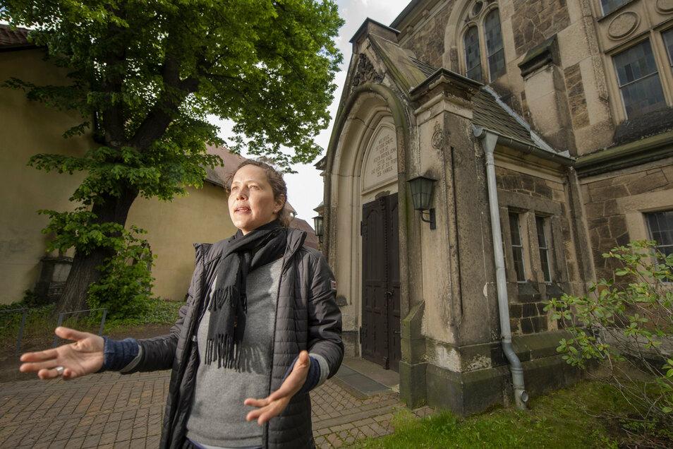 Pfarrerin Annegret Fischer vor dem Portal – auch das Dach dieses kleinen Gebäudes muss erneuert werden.