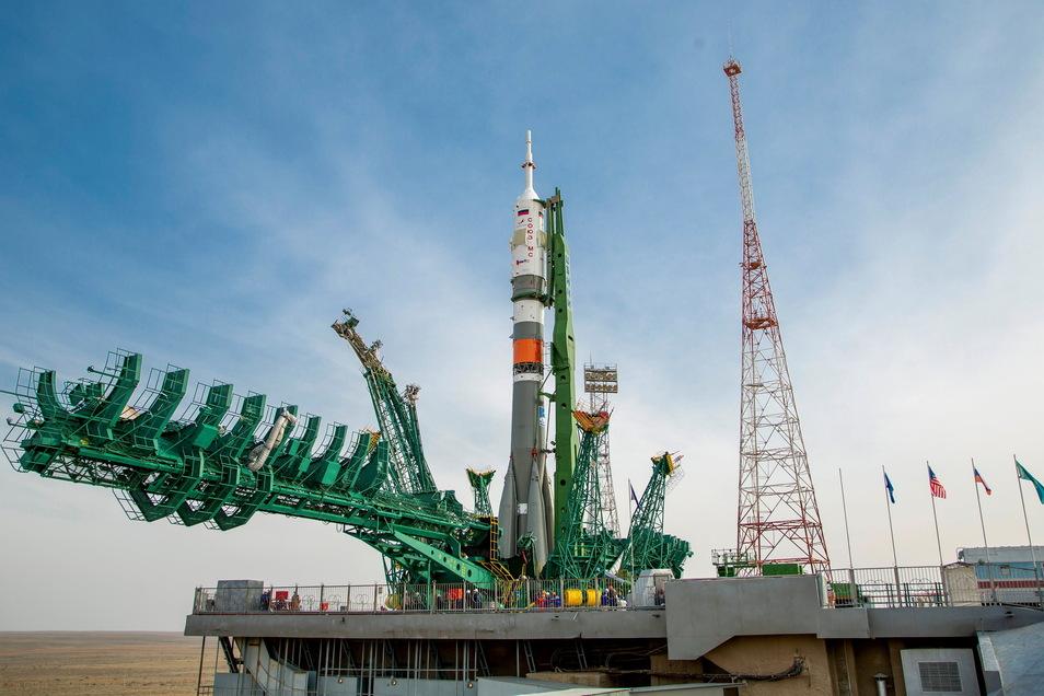 Eine russische Sojus 2.1a Trägerrakete steht an der Startrampe des Weltraumbahnhofs Baikonur.