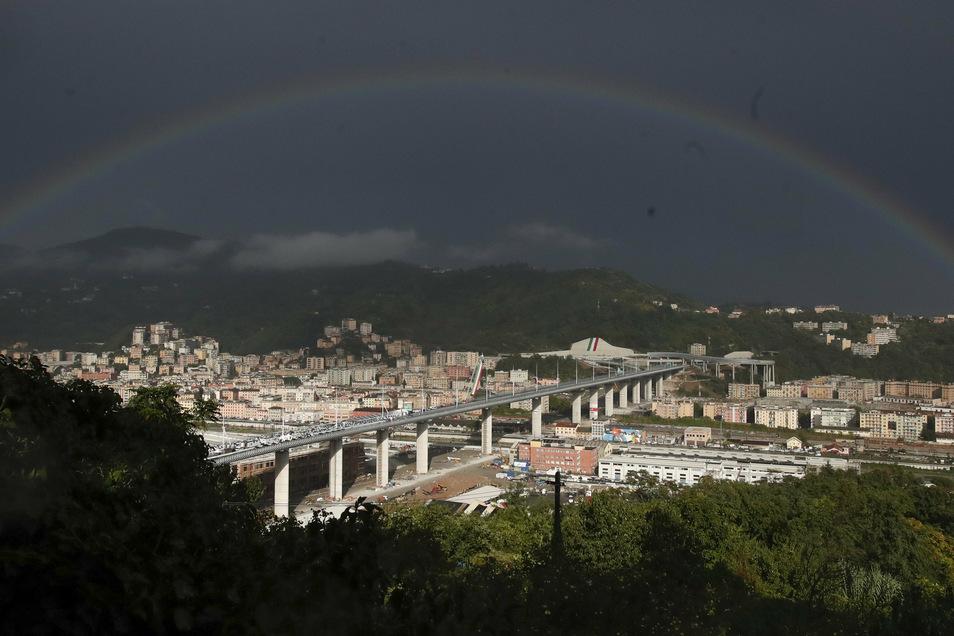 Ein Regenbogen ist über der von dem italienischen Architekten Piano entworfenen Brücke San Giorgio zu sehen. Knapp zwei Jahre nach dem Einsturz der Morandi-Autobahnbrücke weiht die norditalienische Stadt Genua am Montagabend den Neubau ein.