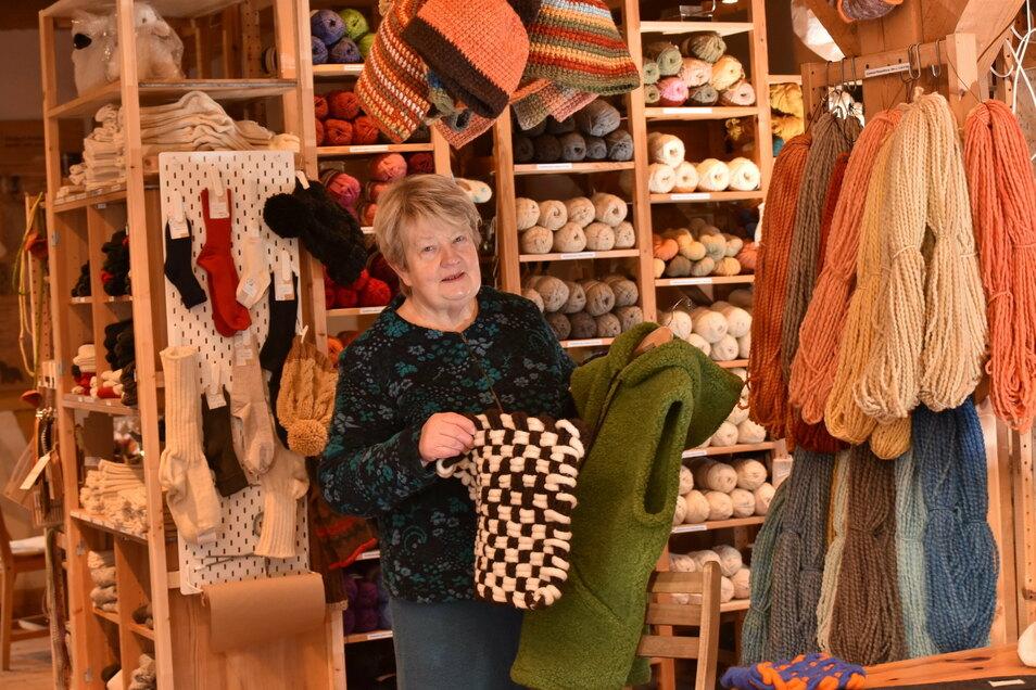 Karin Drutschmann mit handgewebten Sitzkissen und Wollfilzweste im neuen Verkaufsraum der Reichstädter Schäferei.