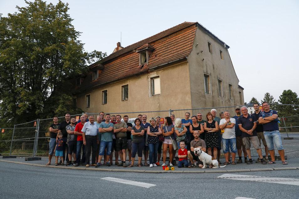 """Bürger verabschieden sich mit einem Flashmob von der ehemaligen Gaststätte """"Goldene Weintraube"""" in Kittlitz."""
