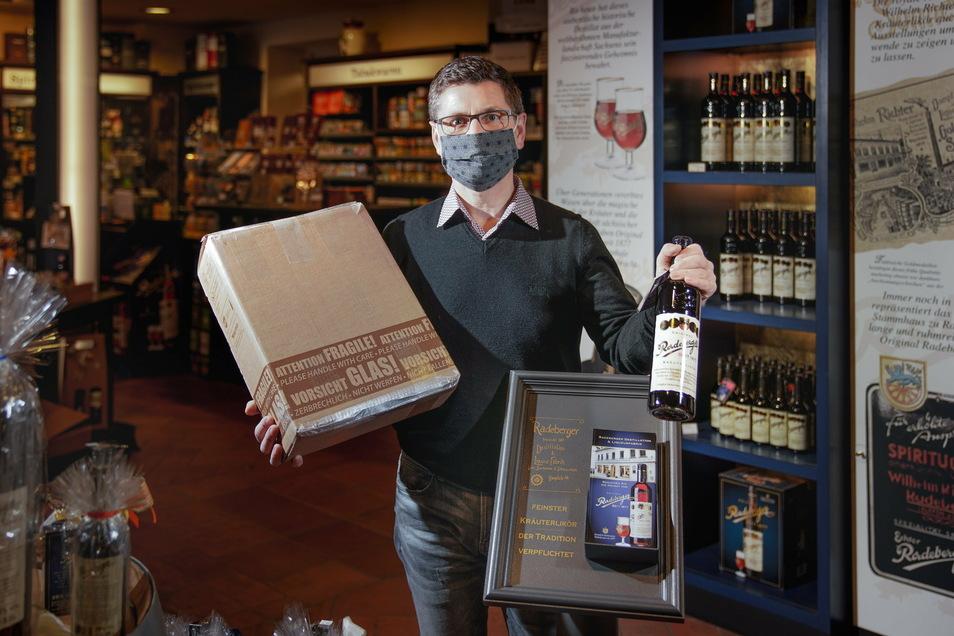 Thomas Tiebel betreibt die Radeberger Liqueurfabrik an der Hauptstraße. Er darf öffnen, da er einen Paketshop im Laden hat, doch die Zahl der Kunden ist stark zurückgegangen. Er bietet zusätzlich den Versand seiner Waren an.