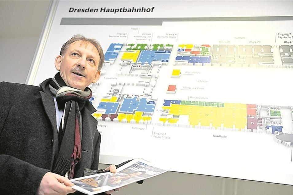 Vermarktungsmanager Janusch Plewnia erklärt den Ladenplan des Bahnhofs. In das gelb markierte, große Geschäft am Wiener Platz zieht Lidl.