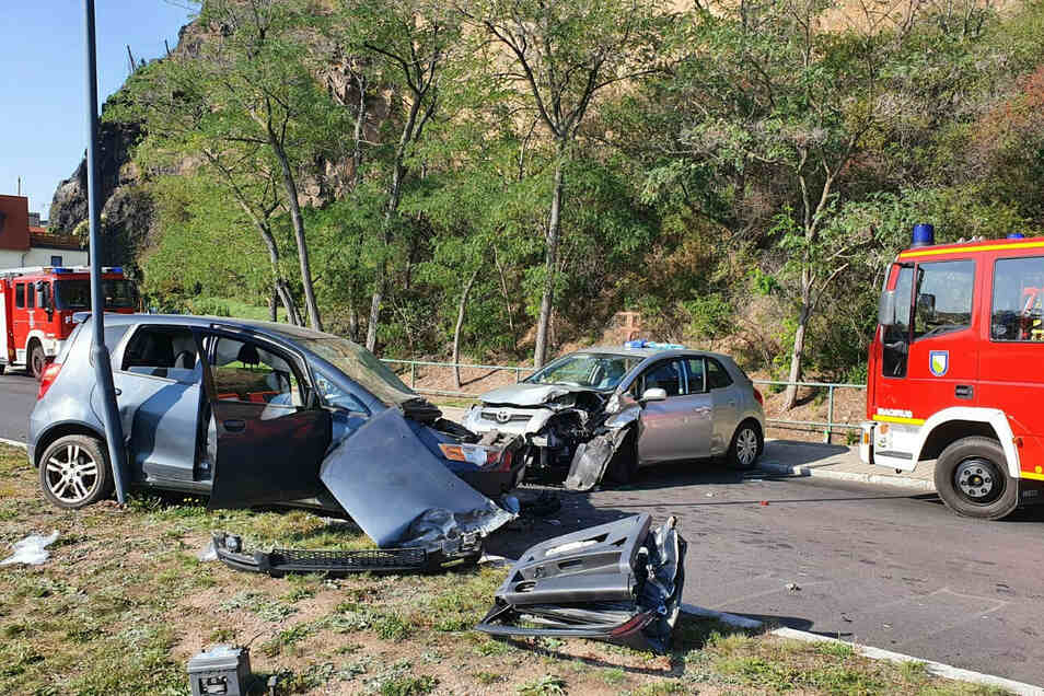 Unterhalb des Bösen Bruders kam es am Dienstag zu diesem Unfall in Diesbar-Seußlitz. Feuerwehrleute konnten einen Mann aus einem Auto befreien.