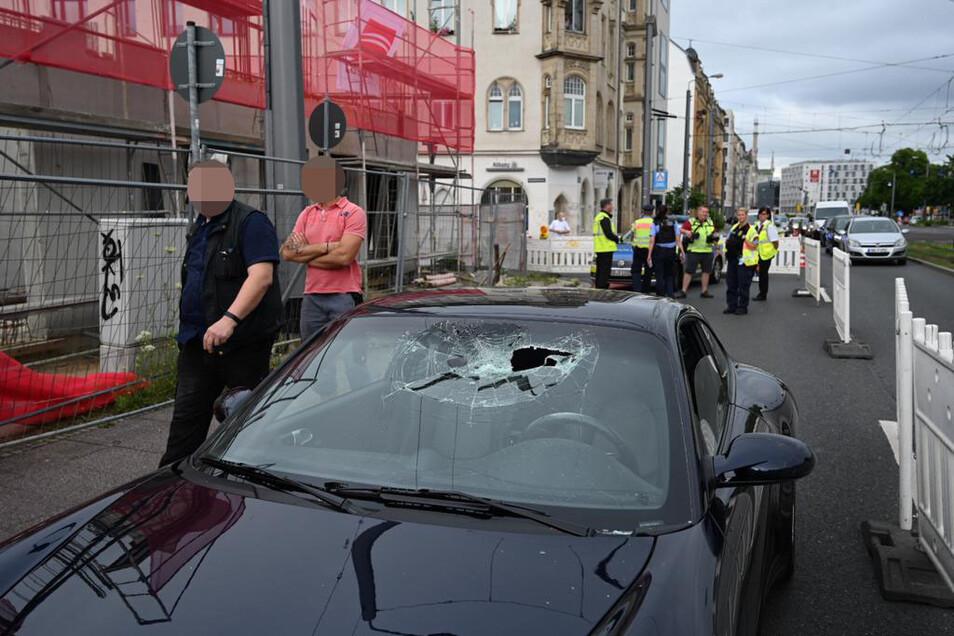 Die Frontscheibe eines Porsches wurde eingeschlagen.
