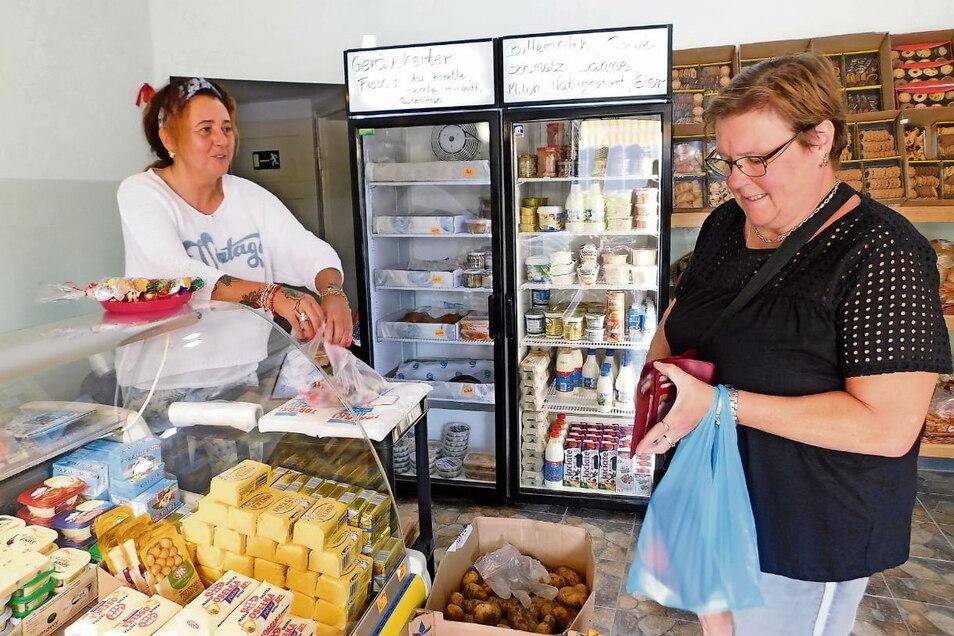 """Im August hat Beata Oberhoffner (li.) in Bad Muskau einen kleinen Lebensmittelladen eröffnet. Durch die Lage direkt am Grenzübergang kaufen hier inzwischen regelmäßig auch Touristen ein – so wie Petra Stengel aus dem Erzgebirge. Das Schild """"Polnisch"""