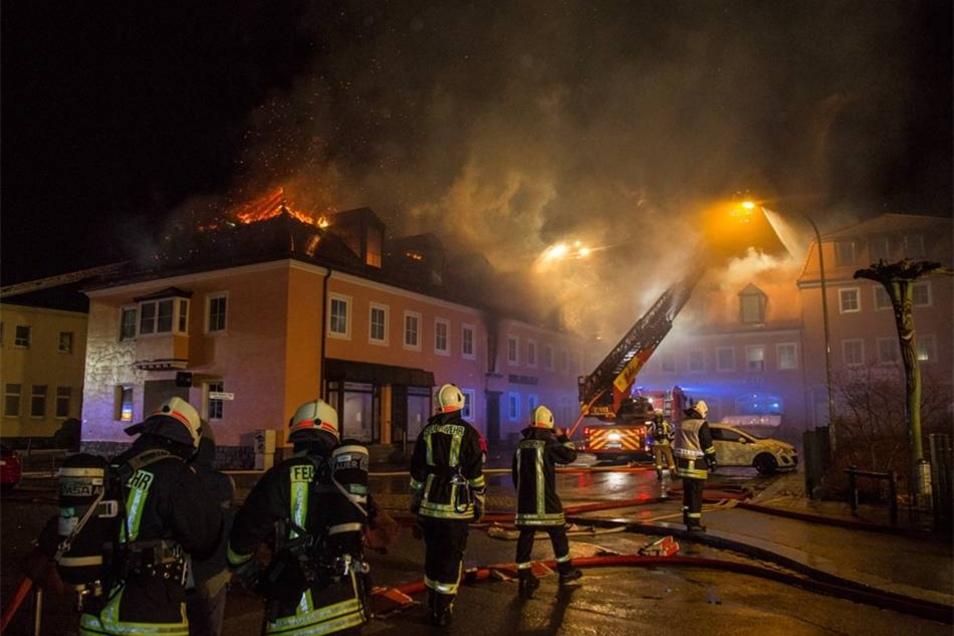 Feuer in geplanter Asylunterkunft in Bautzen: In dem ehemaligen Hotel Husarenhof brach in der Nacht zum Sonntag ein Feuer aus.