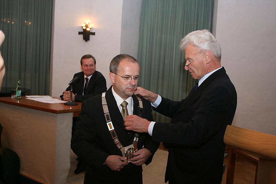 Im November 2006 bekam Skora zu seiner Amtseinführung im Schloss vom damals ältesten Stadtrat, Klaus Walther (SPD), den Amtseid abgenommen. Walther legte ihm auch die schwere Amtskette um den Hals.