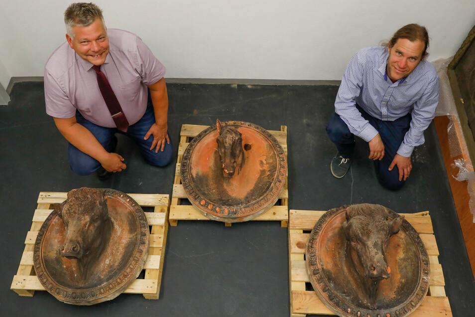 Zittaus Museumsdirektor Peter Knüvener (rechts) und Klaus Reepen mit den geretteten Tier-Ornamenten.