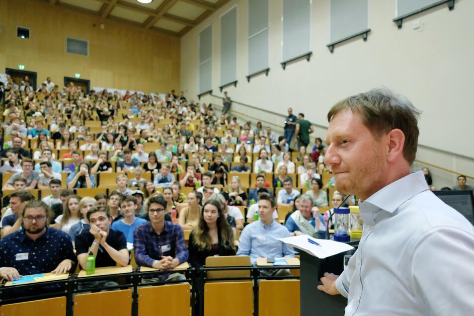Sachsens Ministerpräsident Michael Kretschmer (CDU) stand den etwa 500 Schülern am Sonnabend in einem Hörsaal der Universität Leipzig Rede und Antwort.