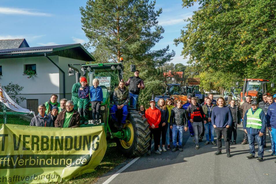 Protest mit Transparenten und Traktoren: Etwa 50 Landwirte versammelten sich am Rande des Steinmeier-Besuchs, um auf ihre Probleme aufmerksam zu machen.