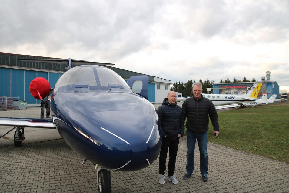 Flugkapitän Jan Haesler (r.) ist mit der Lackierarbeit der Firma SLS Kamenz sehr zufrieden. Geschäftsführer Alexander Schlacht freut sich über das Qualitätsurteil des erfahrenen Piloten.