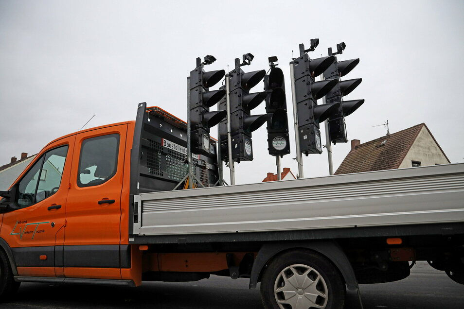 Schon vergangene Woche waren die Bauampeln in Nickritz wieder aufgeladen worden. Am Mittwoch wird die Straße offiziell wieder für den Verkehr freigegeben.