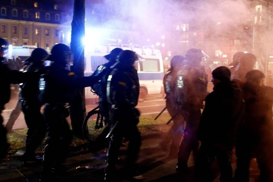 Die Demonstrationen wurden von einem großen Polizeiaufgebot abgesichert. Insgesamt waren 1200 Kräfte aus dem gesamten Bundesgebiet im Einsatz.