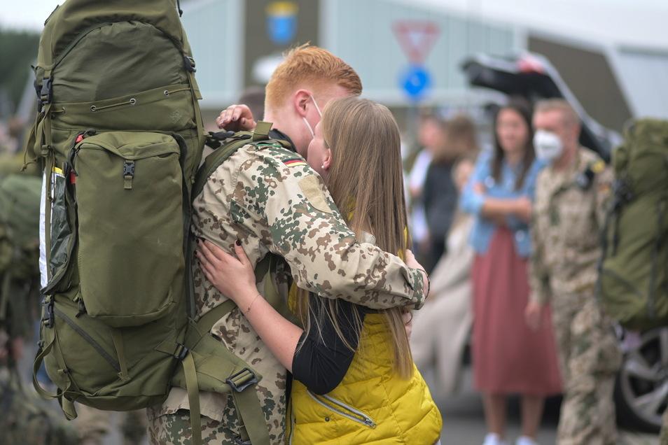 Jan wir von Johanna begrüßt. Die letzten Soldaten des deutschen Afghanistan-Einsatzes sind Ende Juni zu Hause angekommen.