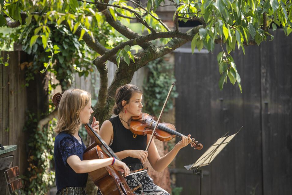 Helene Winkler (li.) und Jeva Blum erfreuten im Weingut von Karl-Friedrich Aust mit klassischer Musik auf Cello und Geige die Besucher.