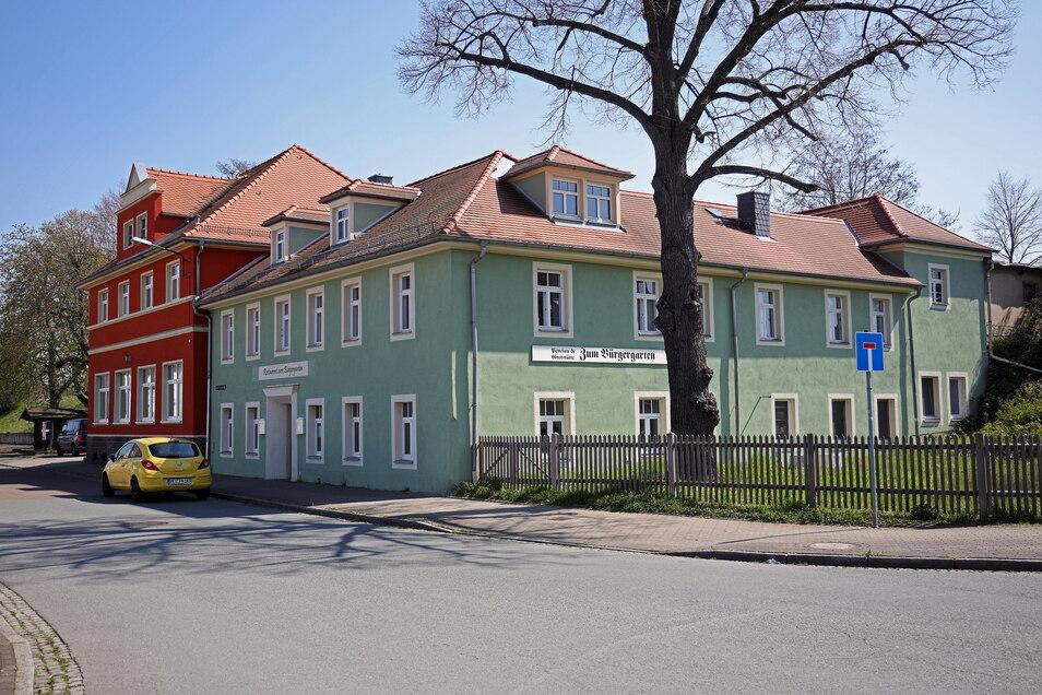 Blick auf das Gebäude im April 2021 aus Richtung Brückenstraße.