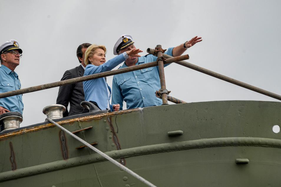 BundesverteidigungsministerinUrsula von der Leyen(CDU), Vizeadmiral Andreas Krause (l) und Nils Brandt (r), Kommandant der Gorch Fock, inspizieren das Segelschulschiff in der Bredo-Werft.