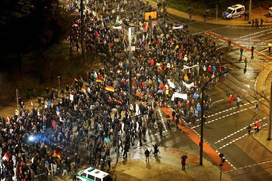 Der Pegida-Zug lief eine große Runde um das Dresdner Stadion, und sollte am Ende wieder zum Ausgangspunkt der Kundgebung zurückkehren. Ein nicht unerheblicher Teil der Demonstranten ignorierte aber die Ansagen der Polizei und der Organisatoren und versuchte, zur Grunaer Straße durchzukommen.