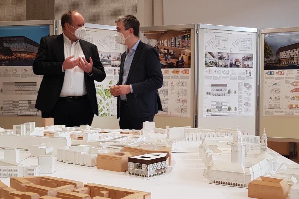 Oberbürgermeister Dirk Hilbert und Baubürgermeister Stephan Kühn sprechen über die Wettbewerbsbeiträge. Im Vordergrund zu sehen ist der Siegerentwurf für das neue Verwaltungszentrum auf dem Ferdinandplatz.