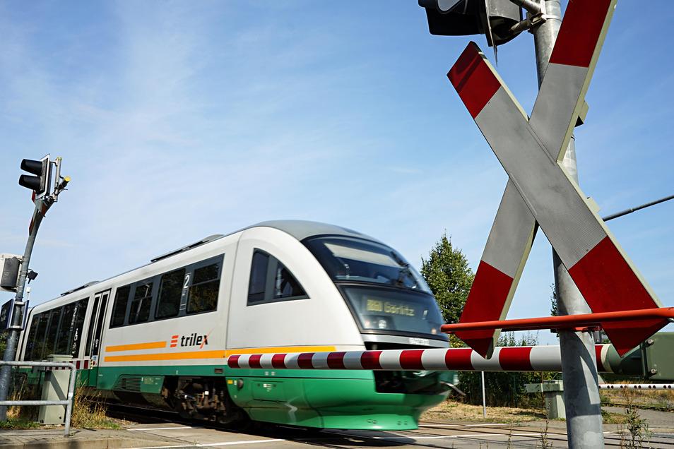 Ein Fahrgast wollte in einem Trilex-Zug eine Gefriertruhe von Radeberg nach Arnsdorf mitnehmen. Die Zugbegleiterin lehnte das ab und der Streit eskalierte.