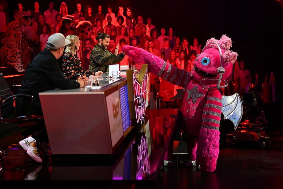 Smudo (l-r) sitzt neben Ruth Moschner und Rea Garvey vom Rateteam bei der zweiten Folge ProSieben-Show «The Masked Singer» und schaut der Figur «der Monstronaut» beim Auftritt zu.