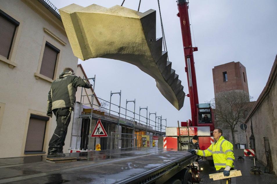 Präzision: Daniel Koglin von der Baugesellschaft Großenhain (li.) und Silvio Morgenstern von der Spedition Gress aus Sachsen-Anhalt beim Abladen der 4,2 schweren Tonnen-Treppe auf den Boden.
