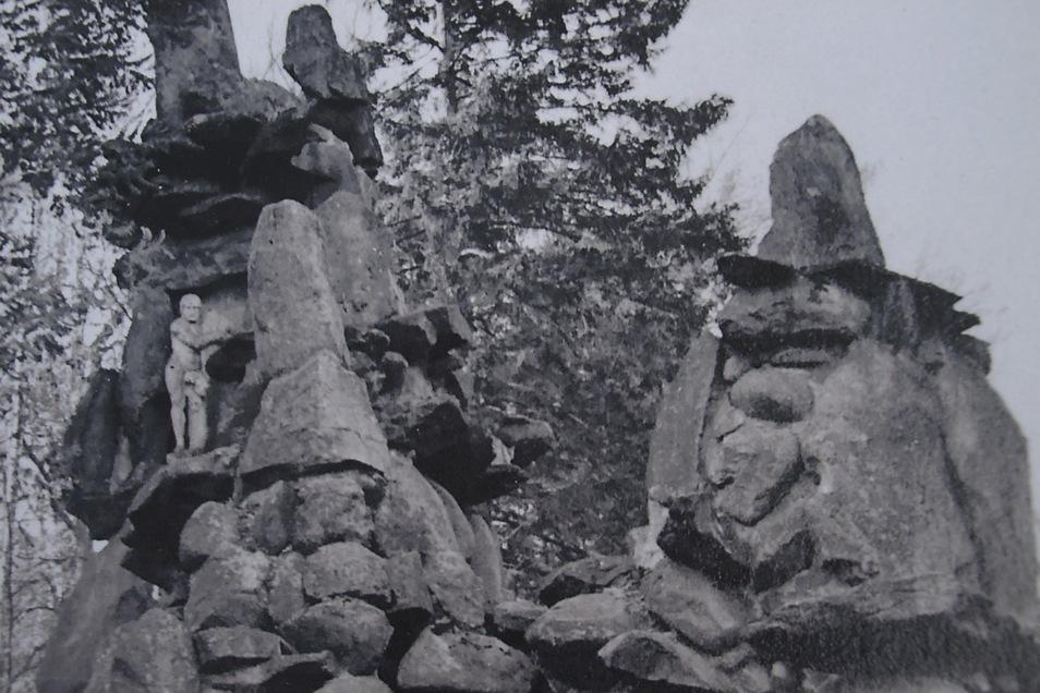 Das alte Bild zeigt die Grotte vorm Zusammensturz. Links steht Herkules.